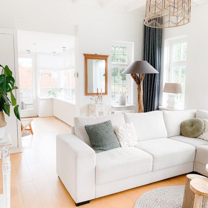 Lichte hoekbank in lichte woonkamer in het vakantiehuis