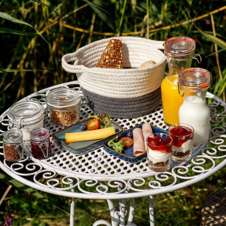 Ontbijt op een wit tafeltje in de ochtendzon