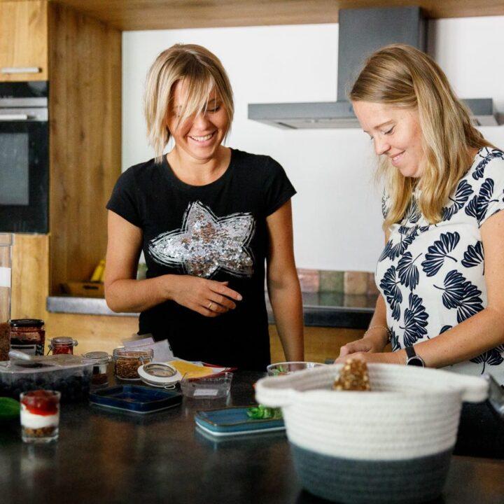 Lachende dames maken het ontbijt