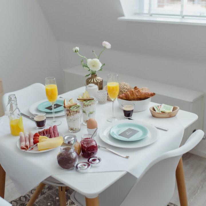Tafel gedekt voor het ontbijt, feestelijk en mooi