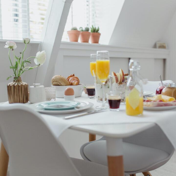 Sinaasappelsap, croissantjes, koffie, jam en beleg