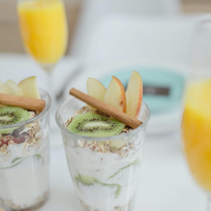 Glaasjes met yoghurt, kiwi, appel en granola