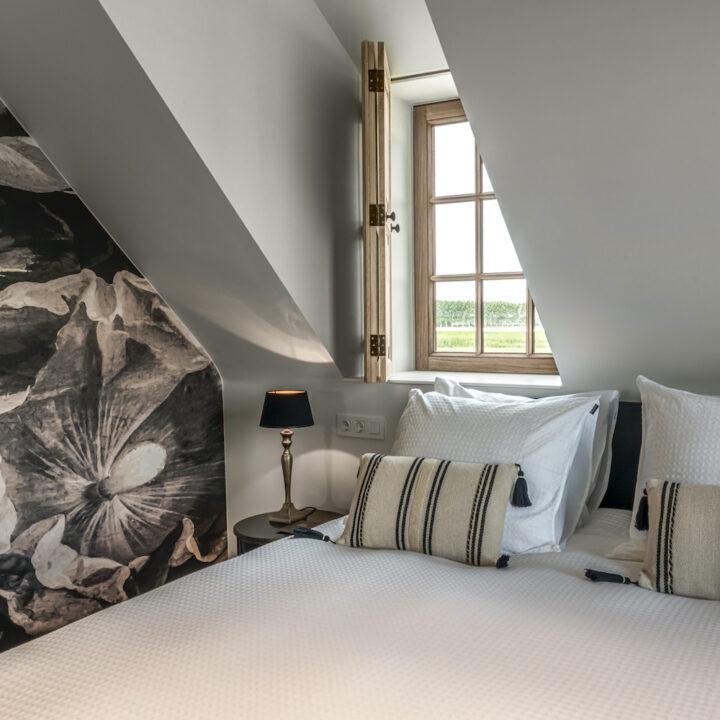Slaapkamer met zwart wit behang met klaprozen