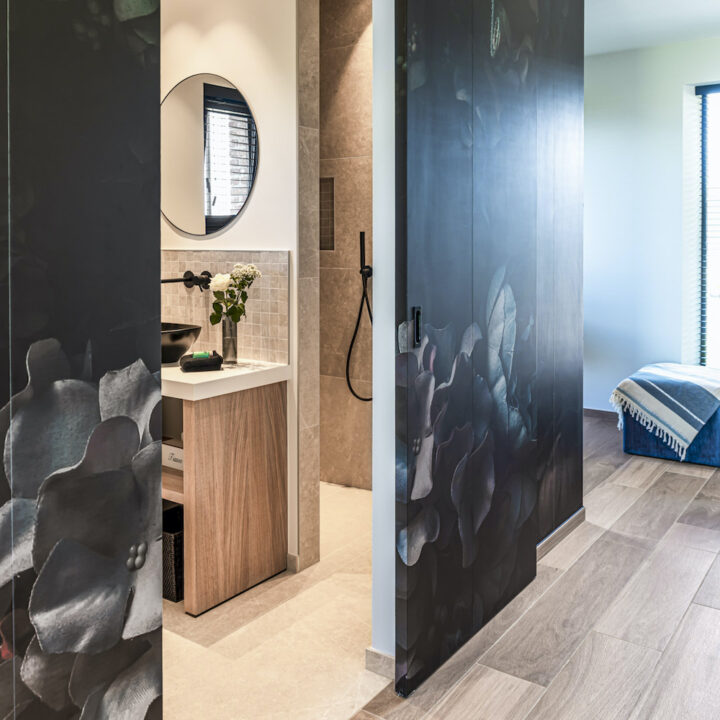 Slaapkamer met badkamer met schuifdeur en inloopdouche