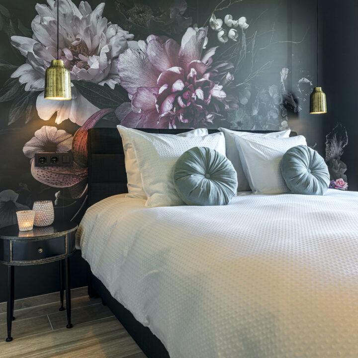 Kamer in de B&B met bloemenbehang en gouden bedlampen