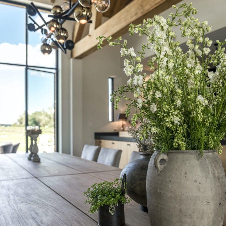 Vaas bloemen op tafel in de orangerie