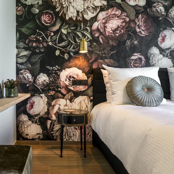 B&B kamer met luxe uitstraling en decadent bloemenbehang