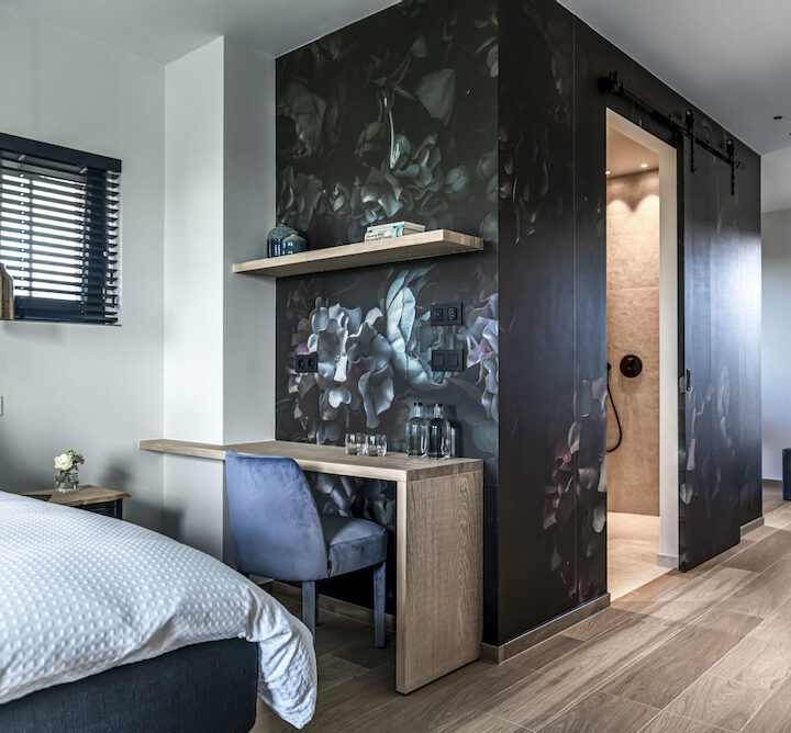 Suite met badkamer met stijlvol bloemenbehang