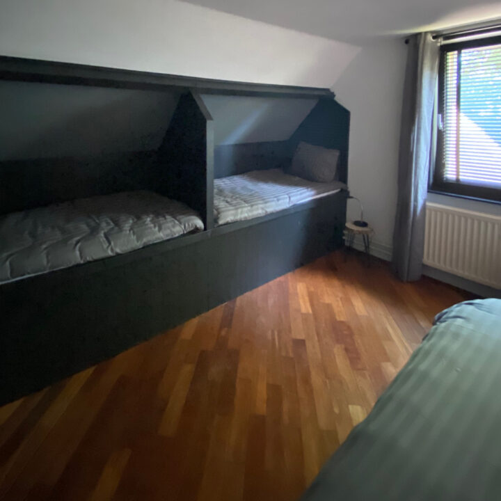 Slaapkamer met twee kinderbedden