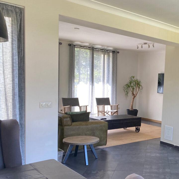 Doorkijk naar de woonkamer in de villa
