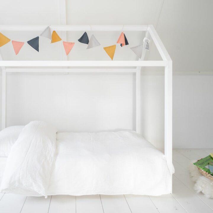 Kinderkamer met huisje rond het bed