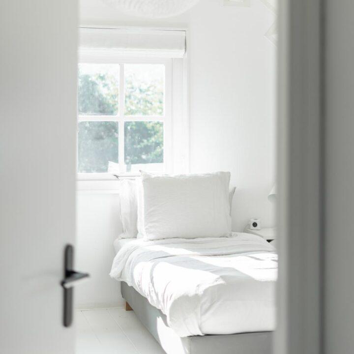 Slaapkamer badend in het zonlicht