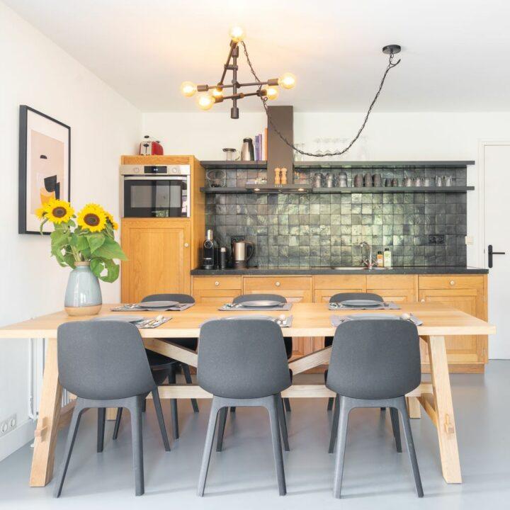 Eethoek met houten eettafel en zes antraciet eetstoelen