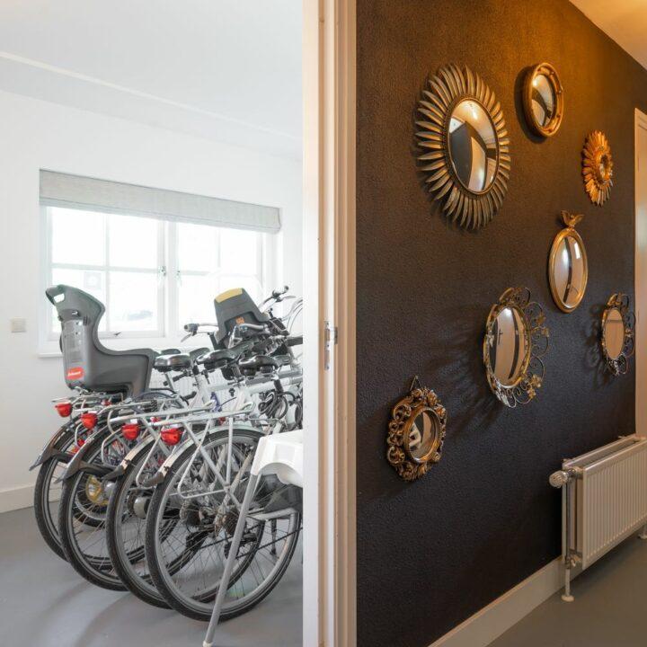 Hal en berging met fietsen voor de gasten