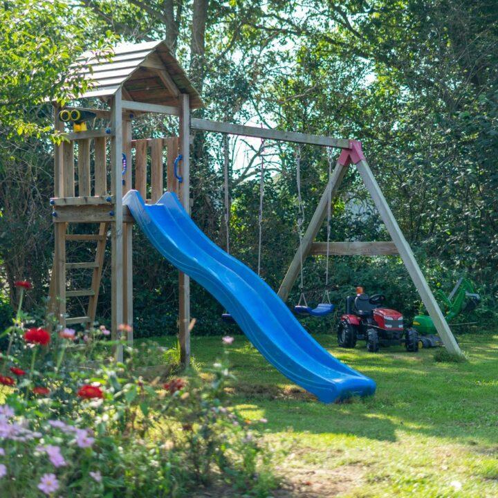 Speelhuisje in de tuin van Villa Poppenallee