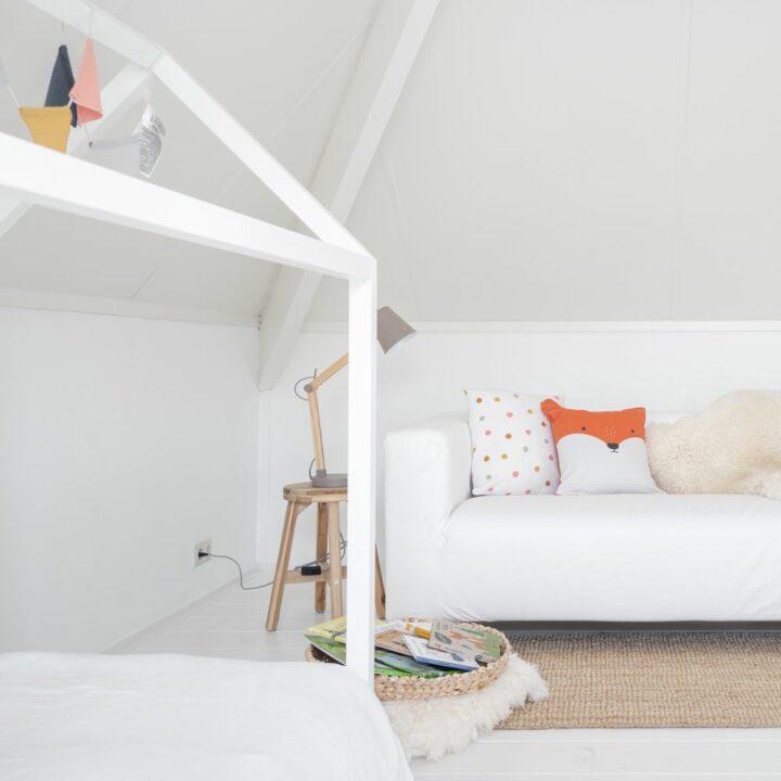 Kinderkamer met witte bank