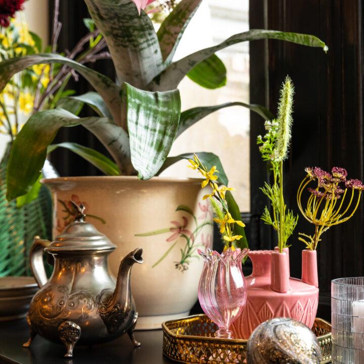 Bijzondere vazen en bloemen in het boutique hotel