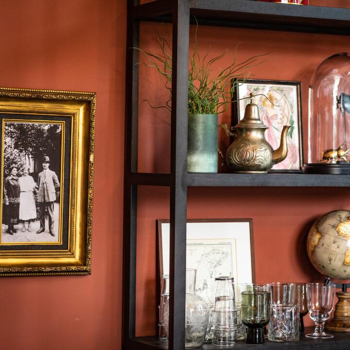 Wandkast met glazen, vazen en theepotjes