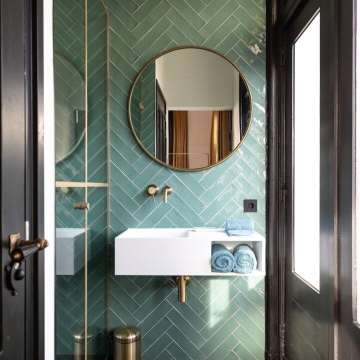 Badkamer met diagonale groene tegels in het boutique hotel