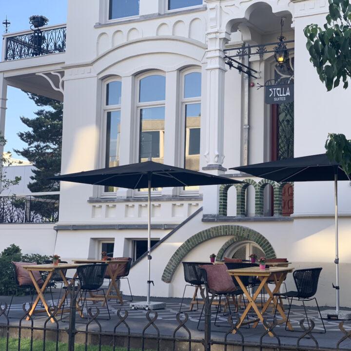 Terras bij het bijzondere hotel bij Tilburg