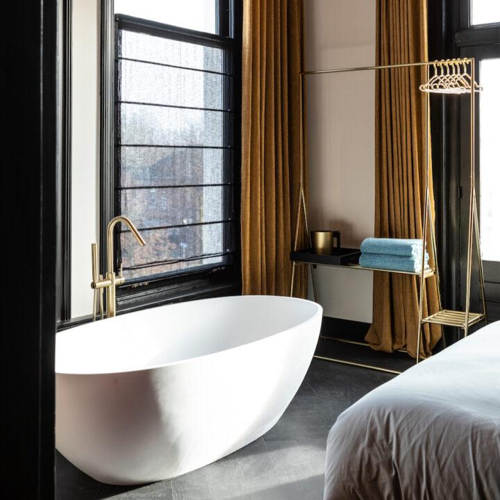 Vrijstaand bad voor een zwart raamkozijn