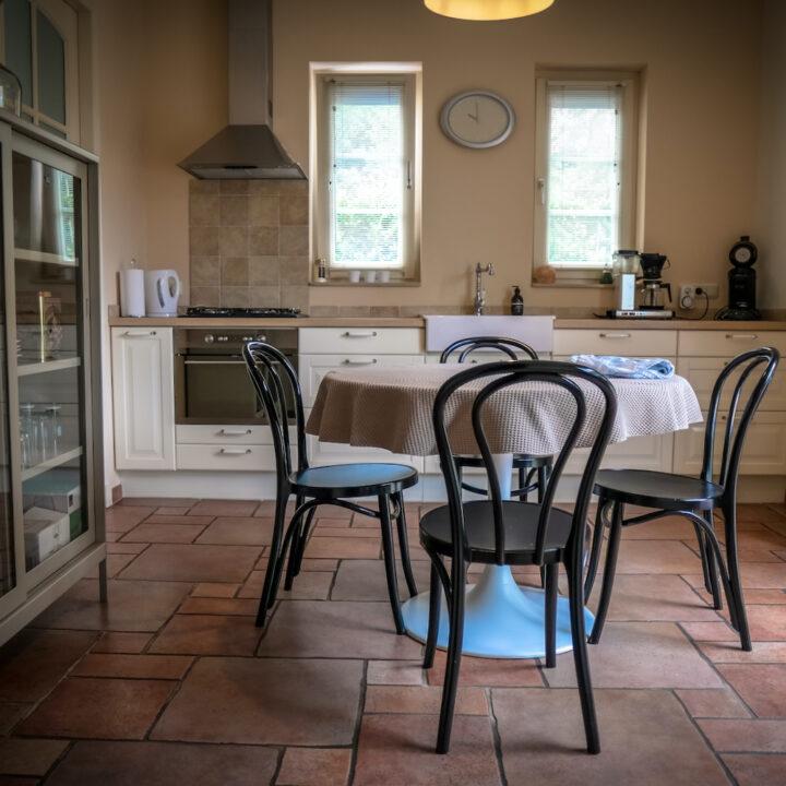 Eettafel en landelijke keuken in het vakantiehuis in Zeeland