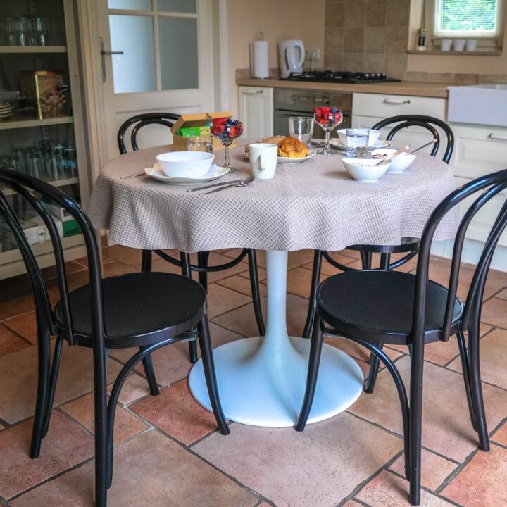 Gedekte tafel in het vakantiehuis in Zeeland