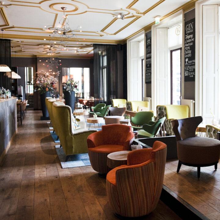 Lounge met verschillende soorten fauteuils