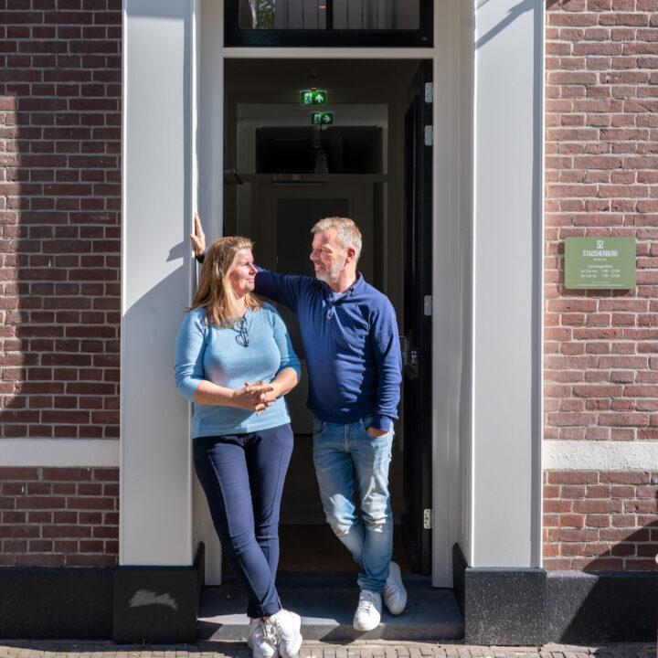 Niels en Laura bij de entree van boutique hotel de Stadsherberg