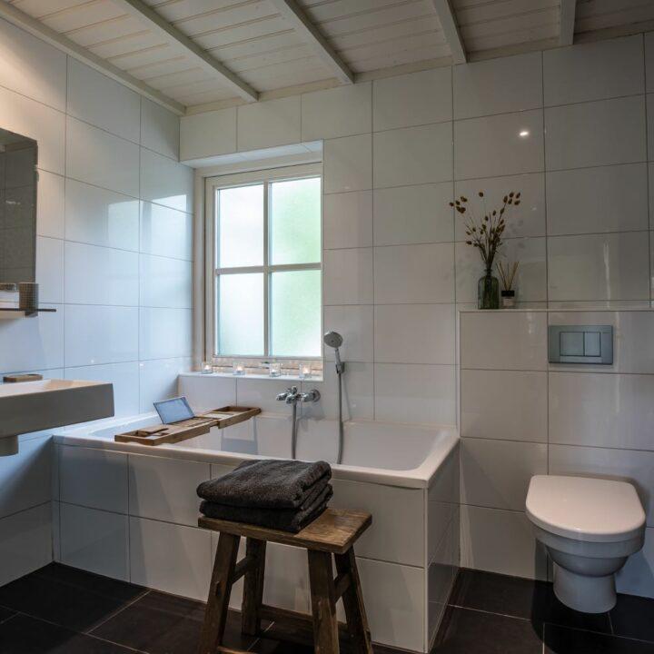 Badkamer met ligbad in het vakantiehuisje in Twente