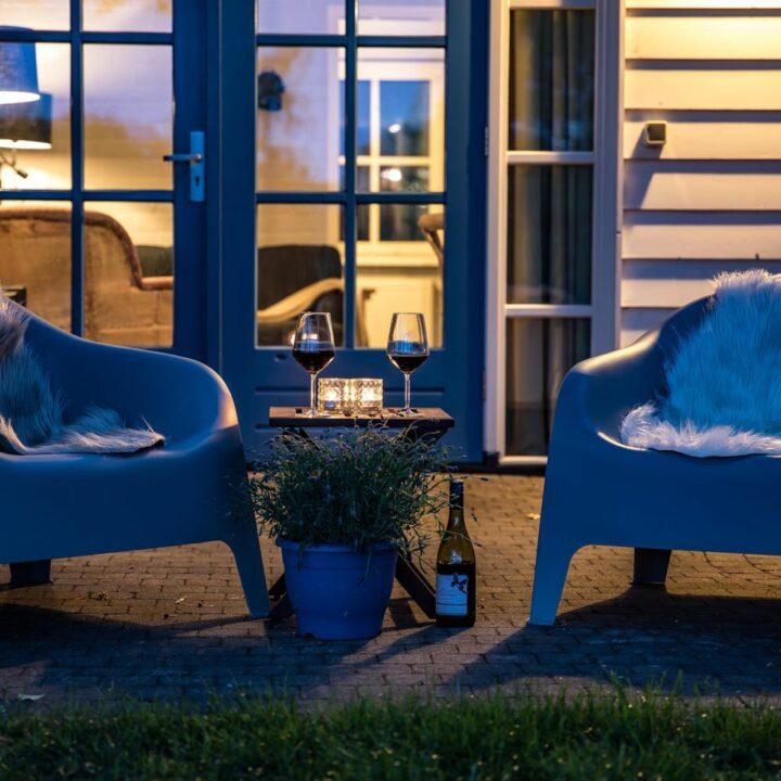 Zwoele zomeravond met een goed glas wijn bij het vakantiehuisje