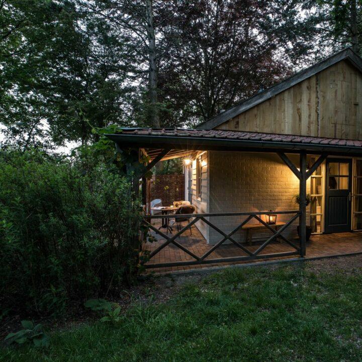 Huisje met verlichte veranda voor een weekendje weg in Twente