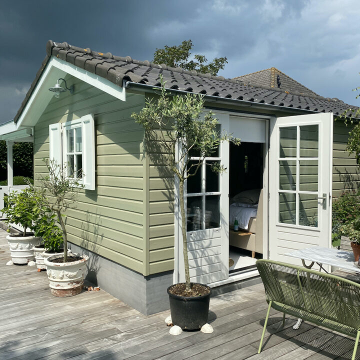 Groen tuinhuis verbouwd tot B&B in Middelburg