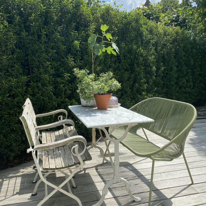 Terras in de zon in de tuin van de B&B in Middelburg