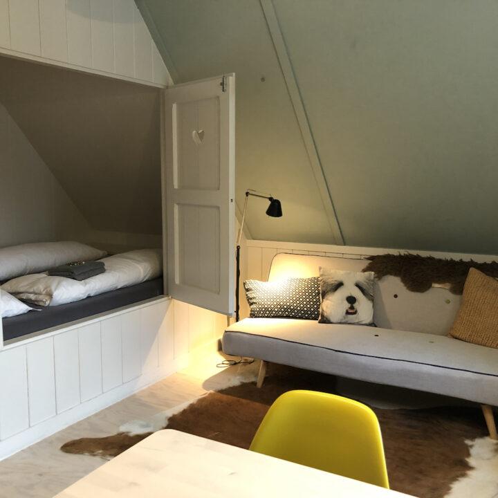 Bedstee hotel en zithoek op de kamer