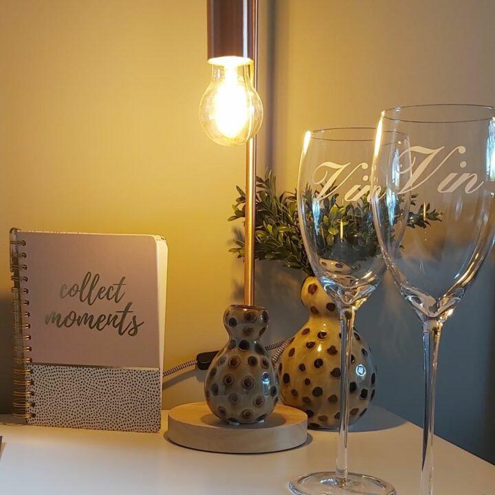Wijnglazen op tafel in het tiny house