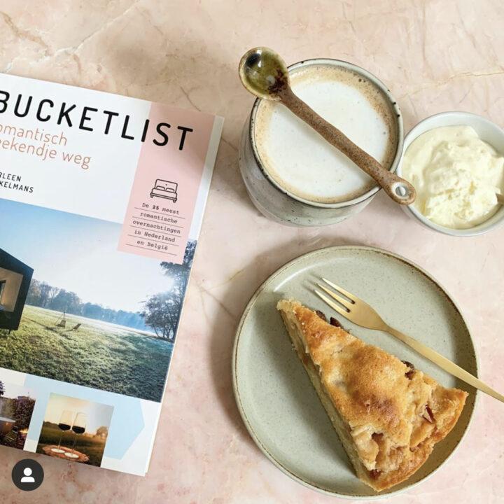 Boek Bucketlist met appeltaart en cappuccino