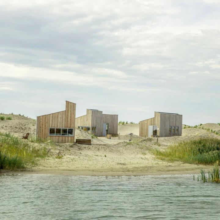 Huisjes in de zandduinen op Landal Marker Wadden