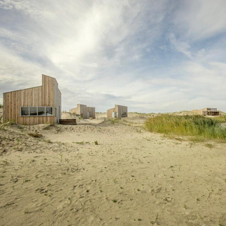 Duinlandschap met vier huisjes op Landal Marker Wadden