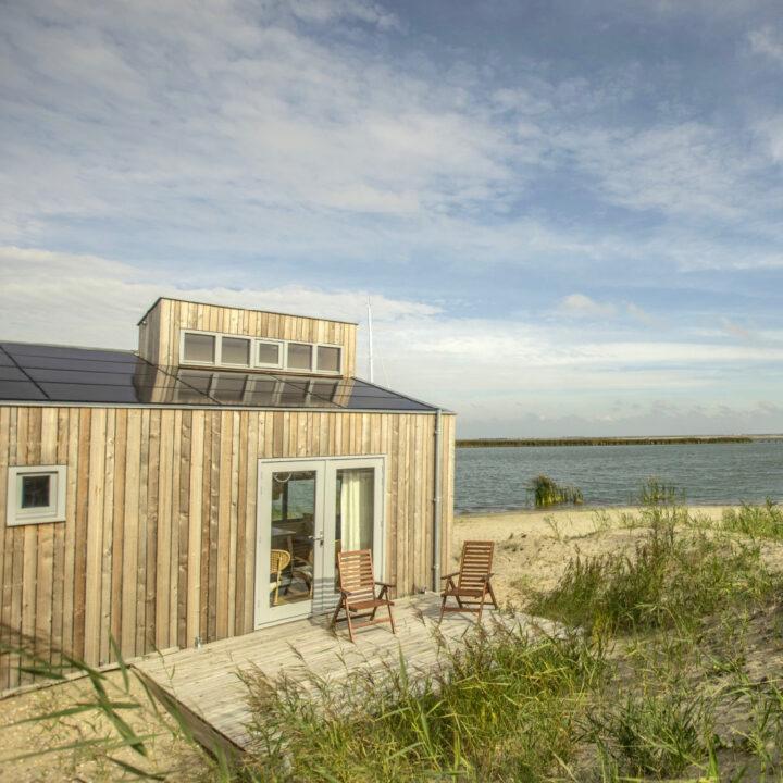 Vrijstaand huis aan de rand van het water