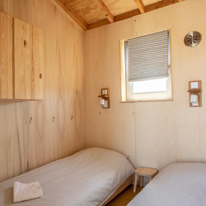 Kleine slaapkamer met twee bedden