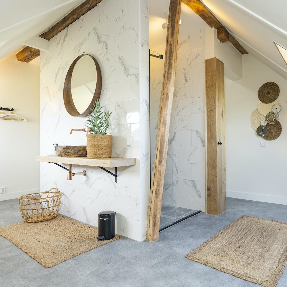 Marmeren badkamer bij een suite van de Gastrofarm