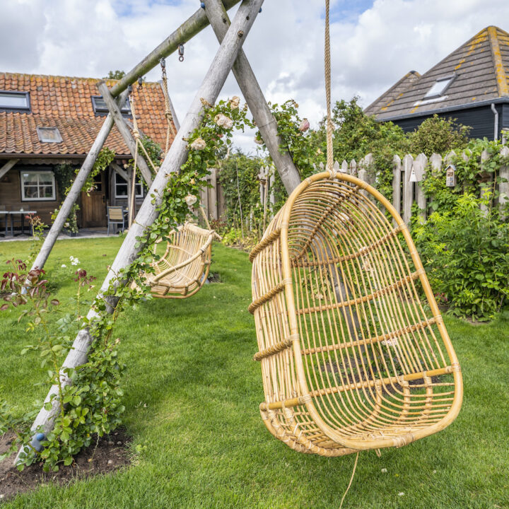 Hangstoel in de tuin van de Gastrofarm