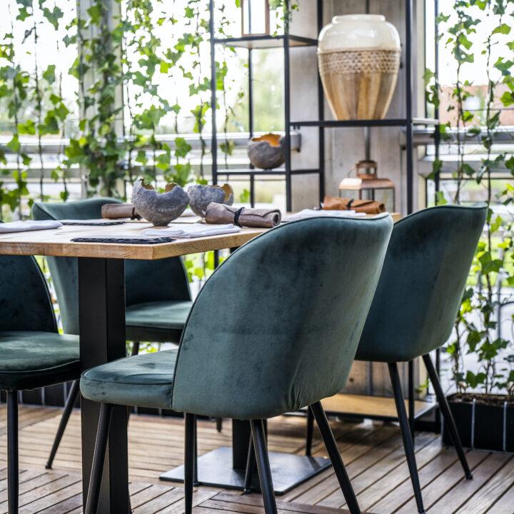 Donkergroene restaurant stoelen bij de Gastrofarm