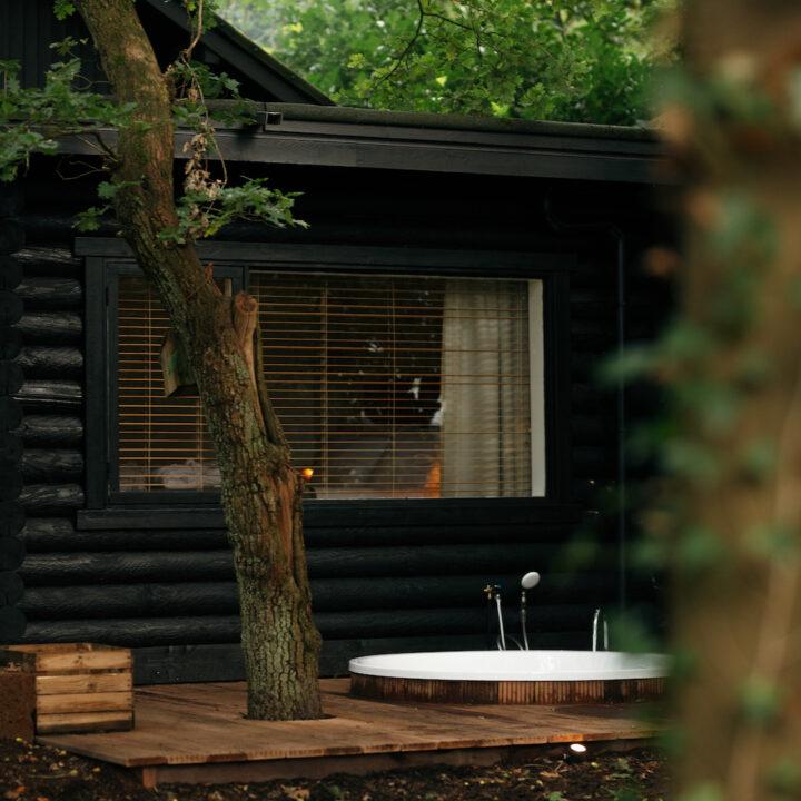 Houten huisje met buiten bad