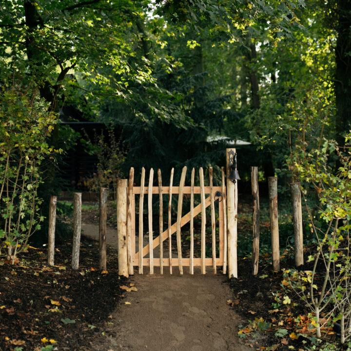Houten hekje bij de Boshut
