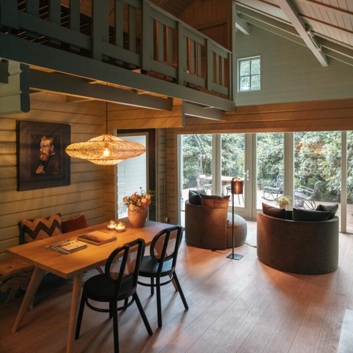 Warm en sfeervol interieur in het vakantiehuis in het bos