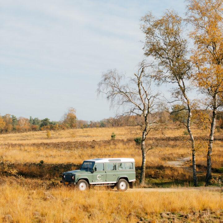 Landrover in het herfstlandschap op de Veluwe