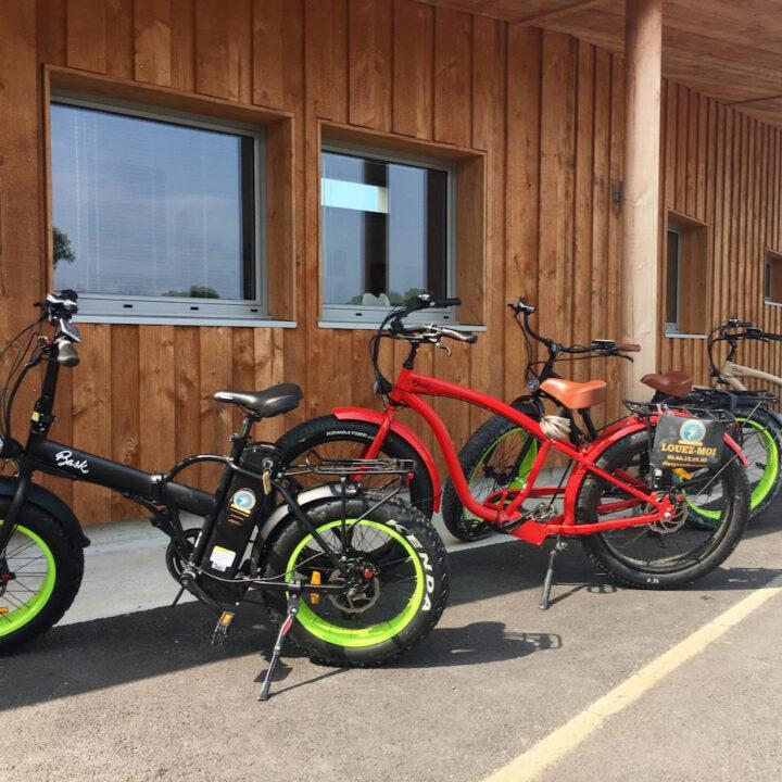 Gekleurde fietsen te huur bij de receptie