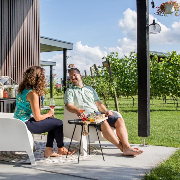 Genieten op het terras bij de lodge in de wijngaard